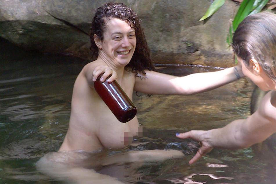 Tag 1: Sex sells - Podcasterin Leila Lowfire (25) gönnt sich ein Bad im See.