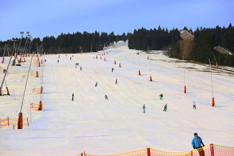 Die ersten Skifahrer sind da: Der Fichtelberg startet in die Skisaison.