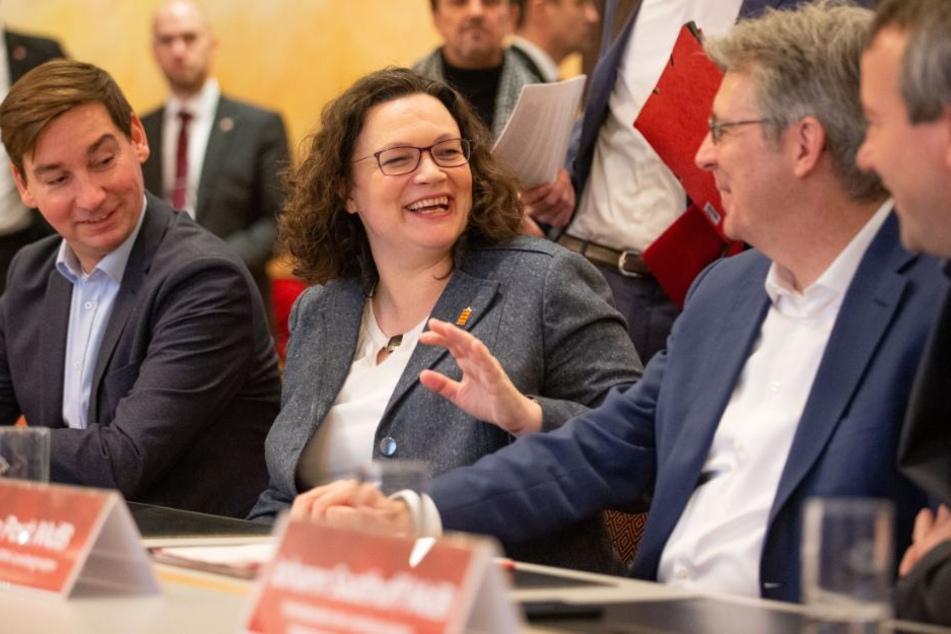 Andrea Nahles (m.) hat bei der Jahresauftaktklausur der SPD-Landesgruppen Nordrhein-Westfalen und Niedersachsen/Bremen gut lachen.