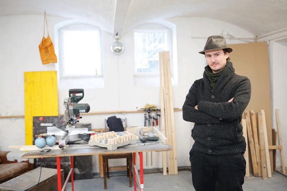 Manaf Halbouni ist der Künstler, der die Busse vor der Frauenkirche aufrichtete.