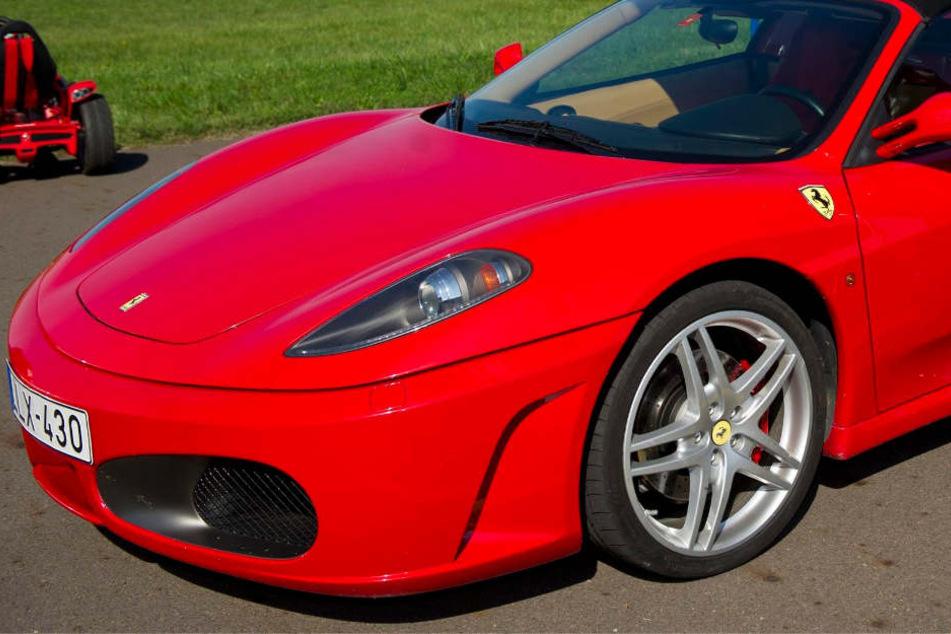 Der Fahrer zerlegte seinen Ferrari 430. (Symbolbild)