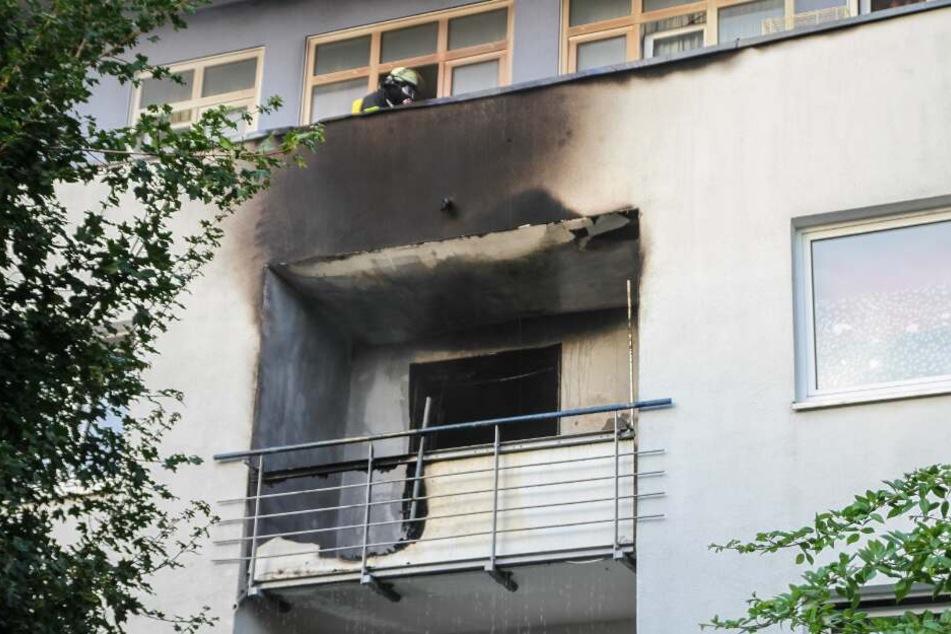 Die Brandwohnung im zweiten OG ist durch die Flammen gekennzeichnet.