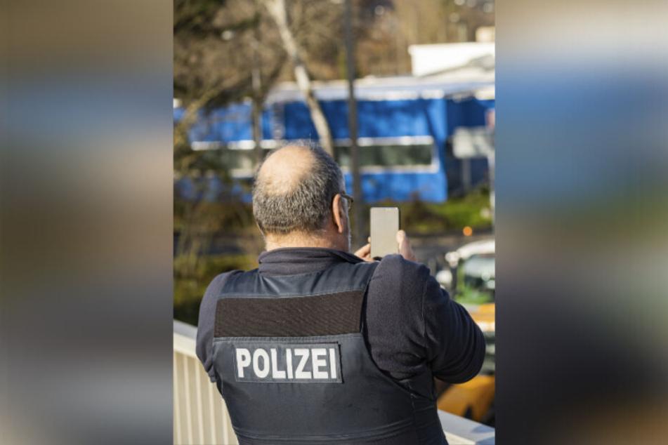 Dresdner Polizisten suchen nach dem Unbekannten mit dem Messer. (Symbolbild)