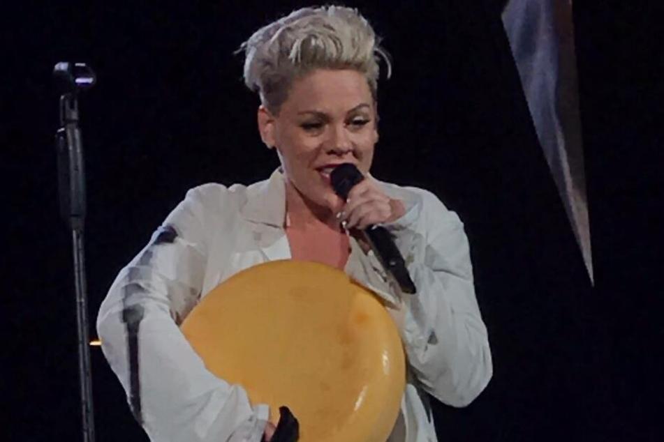 Überglücklich bedankte sich die Sängerin für das außergewöhnliche Geschenk.