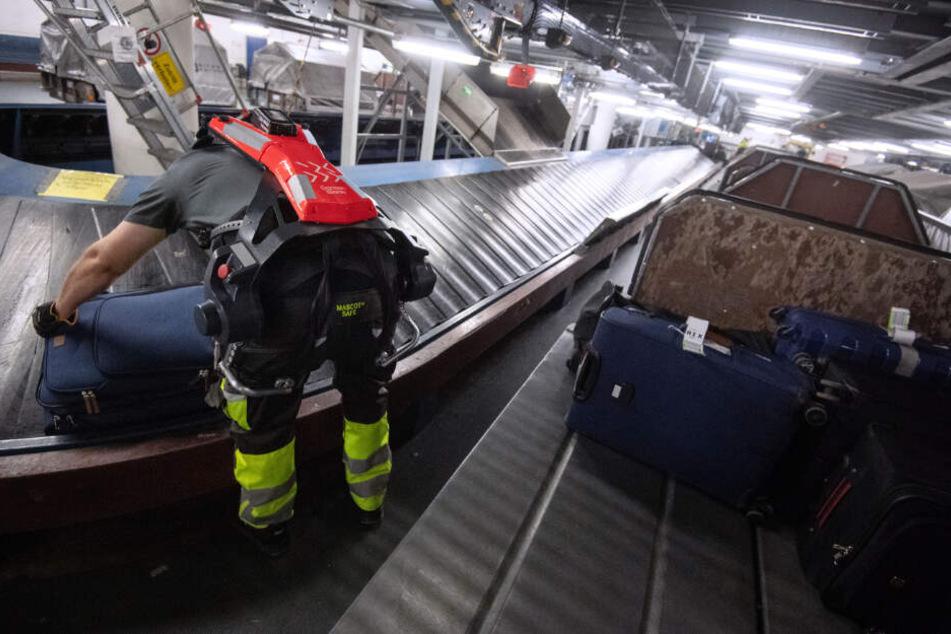 Die Kraftanzüge sollen den Mitarbeitern beim Heben des Gepäcks helfen.