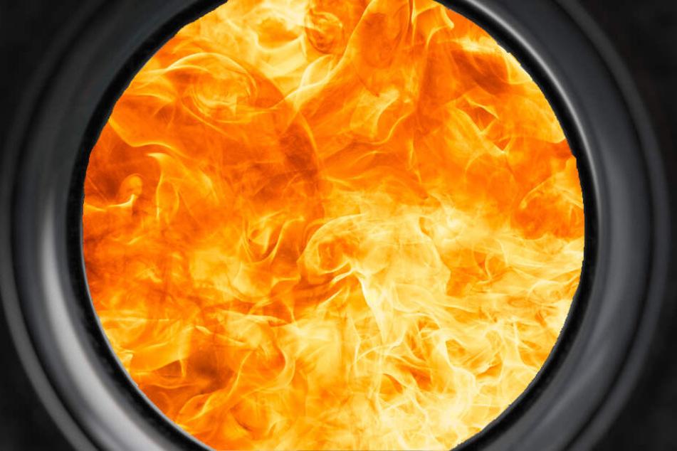 Durch den Spion ihrer Tür konnte sie die Flammen im Nachbarhaus erkennen. (Symbolbild)