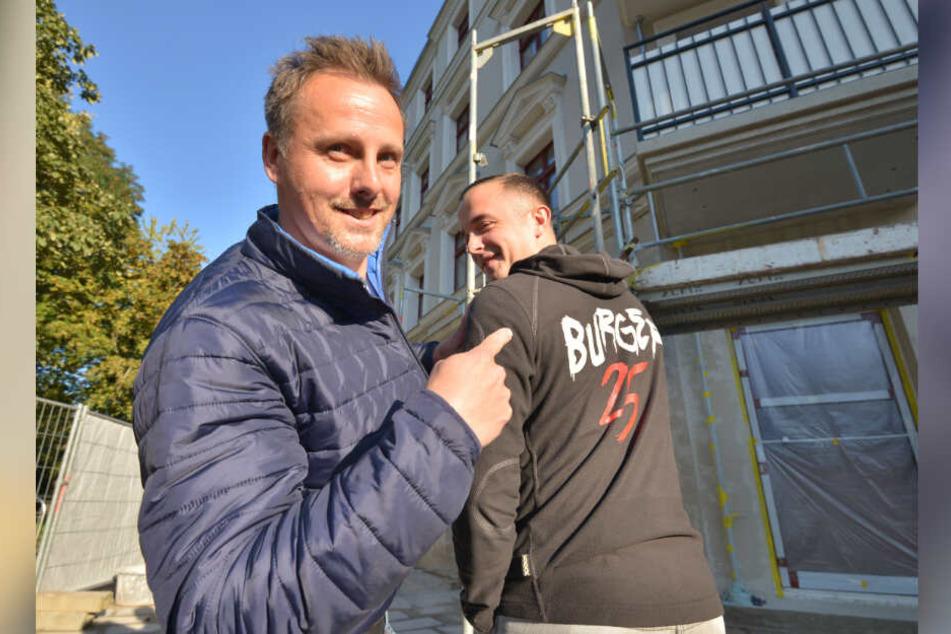 """Sven Günther (45) mit Geschäftspartner Marius Kurzke (29) vor dem zukünftigen """"Burger25"""" in Zwickau."""
