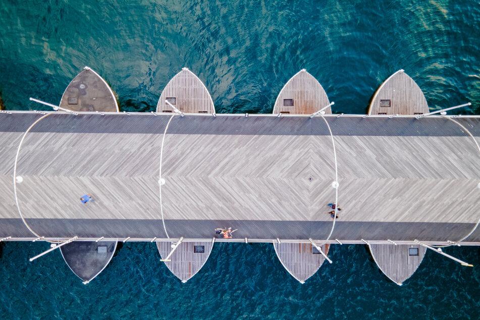 """140 Meter lang und seit 1888 im Schwenkbetrieb: Die einzigartige schwimmende Queen-Emma-Bridge wird salopp auch """"Swinging Old Lady"""" genannt."""