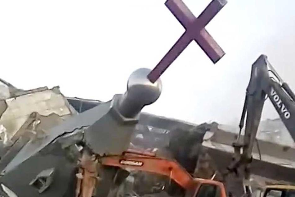 Nach der Sprengung rückten die Bagger an und gaben der Kirche den Rest.