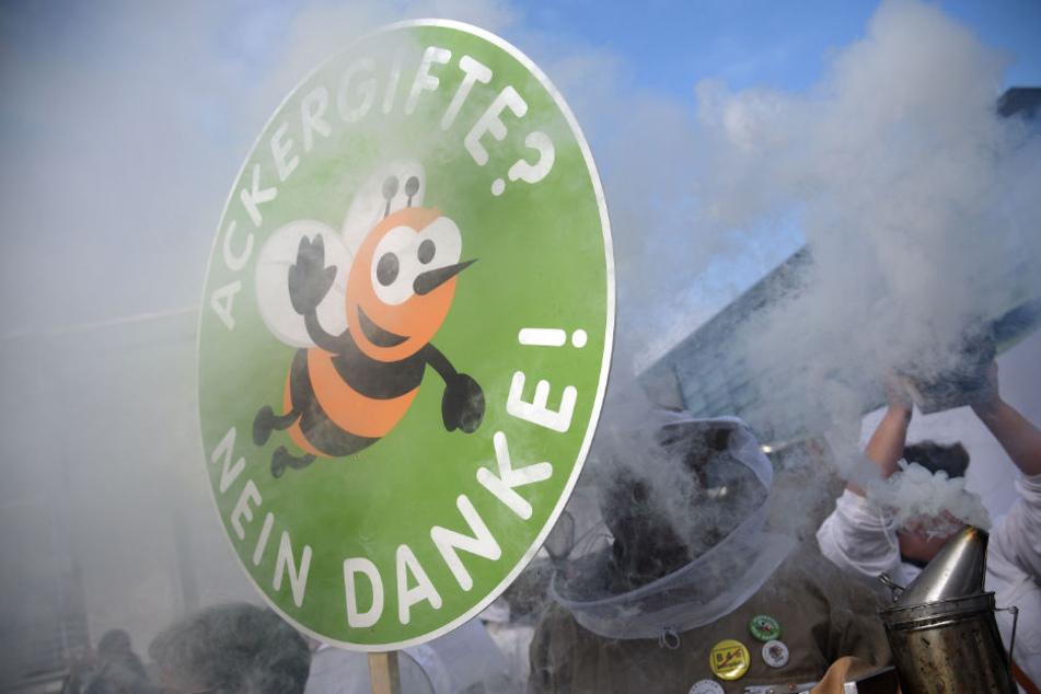 Teilnehmer einer Protestaktion demonstrieren gegen Pflanzenschutzmittel. (Archivbild)