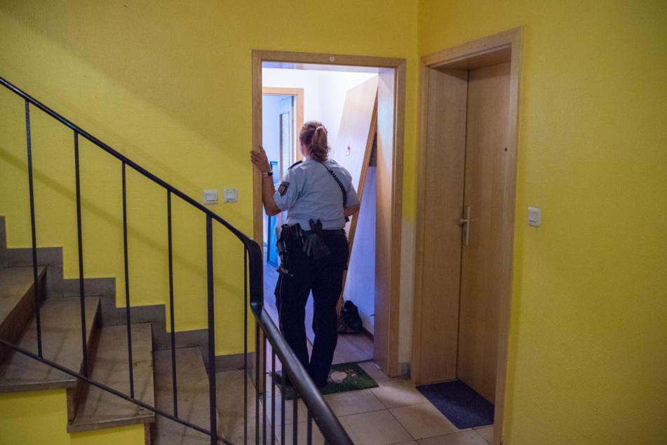 Die Polizei durchsuchte eine Wohnung auf der Suche nach dem flüchtigen Täter.