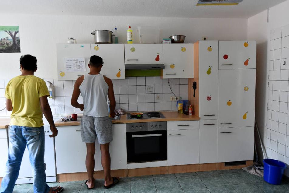 Zwei Jugendliche in der Küche eines Heims.