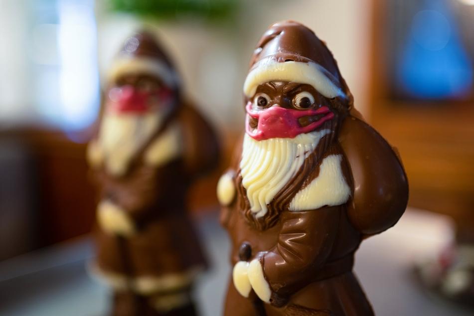 """Netter """"Gag"""" oder absolutes No-Go? Die Schoko-Weihnachtsmänner mit Mundschutz kamen nicht bei jedem gut an."""