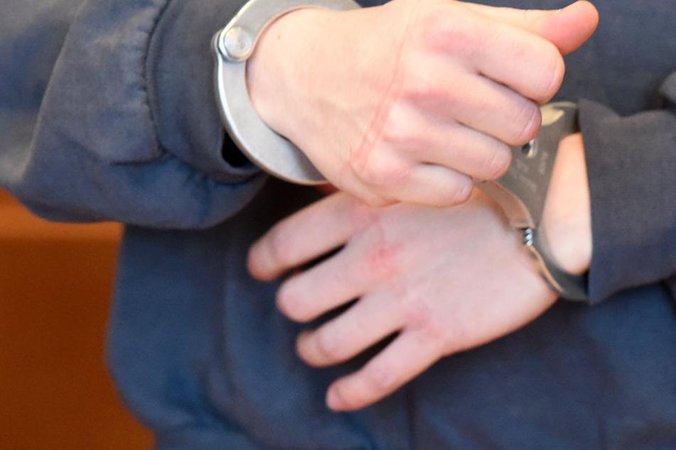 Aus Rache? 18-Jähriger attackierte Polizei-Wache mit Molotow-Cocktail