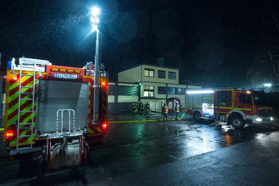 Ein Großaufgebot der Feuerwehr kümmerte sich in der Nacht um den ABC-Unfall.