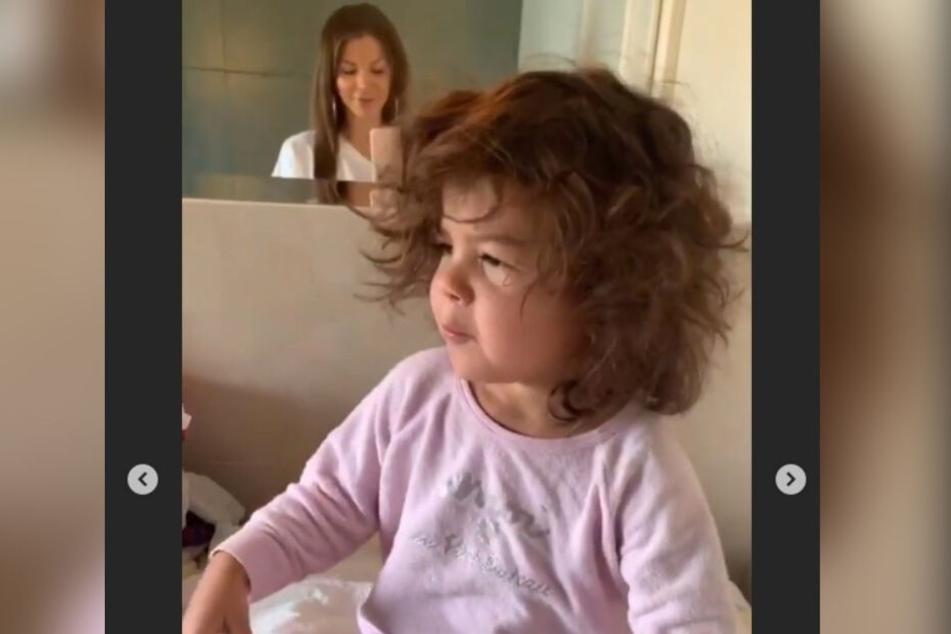 Ina Aogo (hinten) filmt ihre Tochter Payten für ihre Instagram-Story.