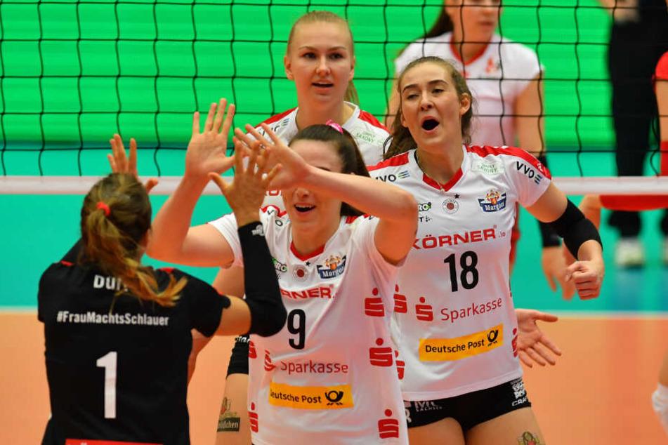 Jubel bei Sarah Straube (r.) und Co. über den Europacup-Start nach Maß.