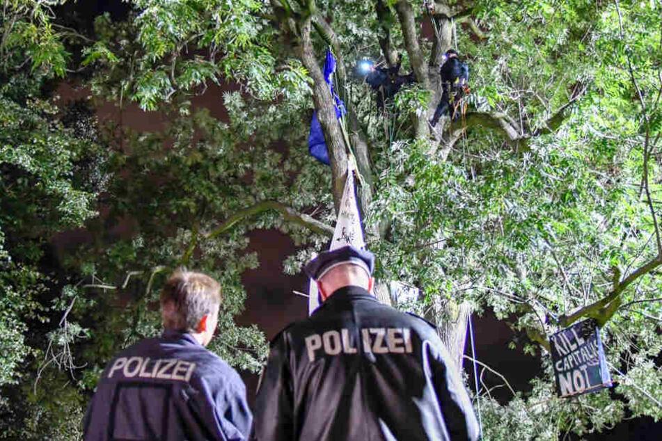 Die Polizei räumt den besetzten Baum im Schanzenpark.