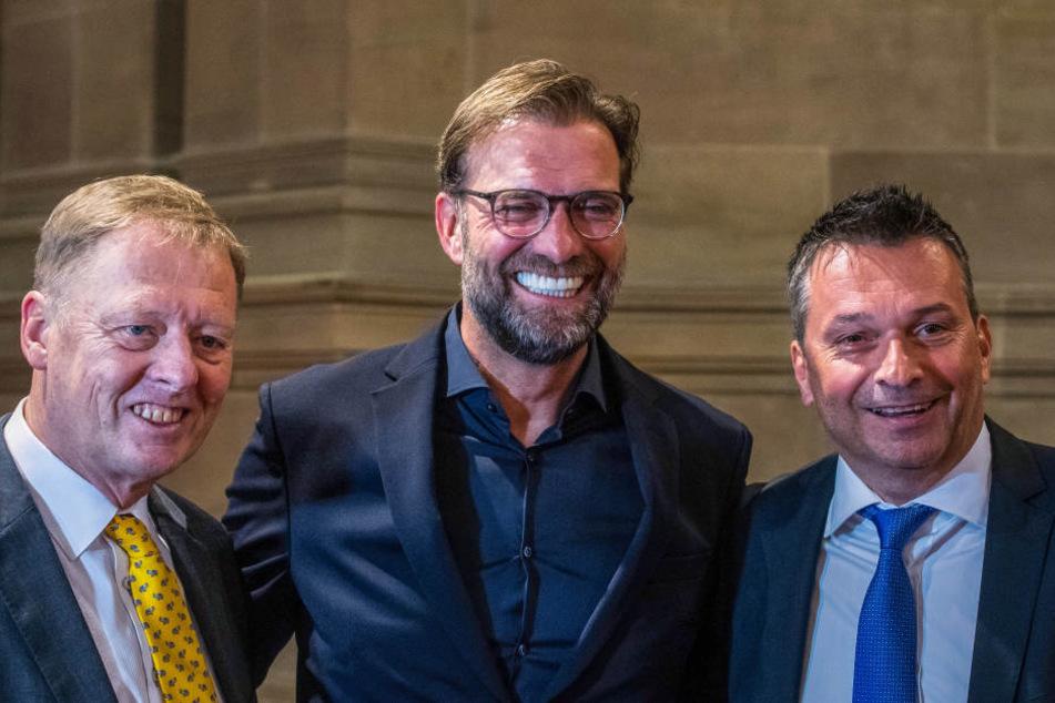 Der Mitbegründer des Preises Christoph-Friedrich Vahl (links) und Schalke-Manager Christian Heidel (rechts) posieren mit Klopp.