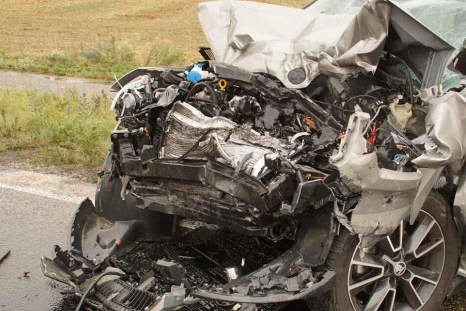 Der Wagen der Frau komplett zerstört: Sie verstarb an ihren schweren Verletzungen.