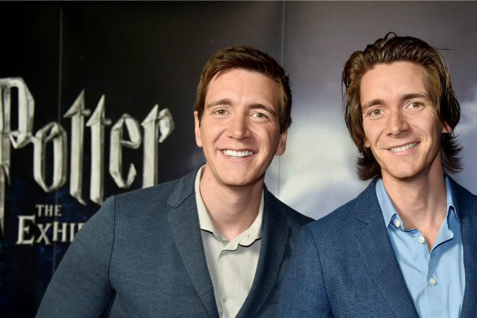 Die Schauspieler James (r) und Oliver Phelps, die in den Harry Potter Filmen die Weasley Zwillinge spielen, eröffneten die Ausstellung.