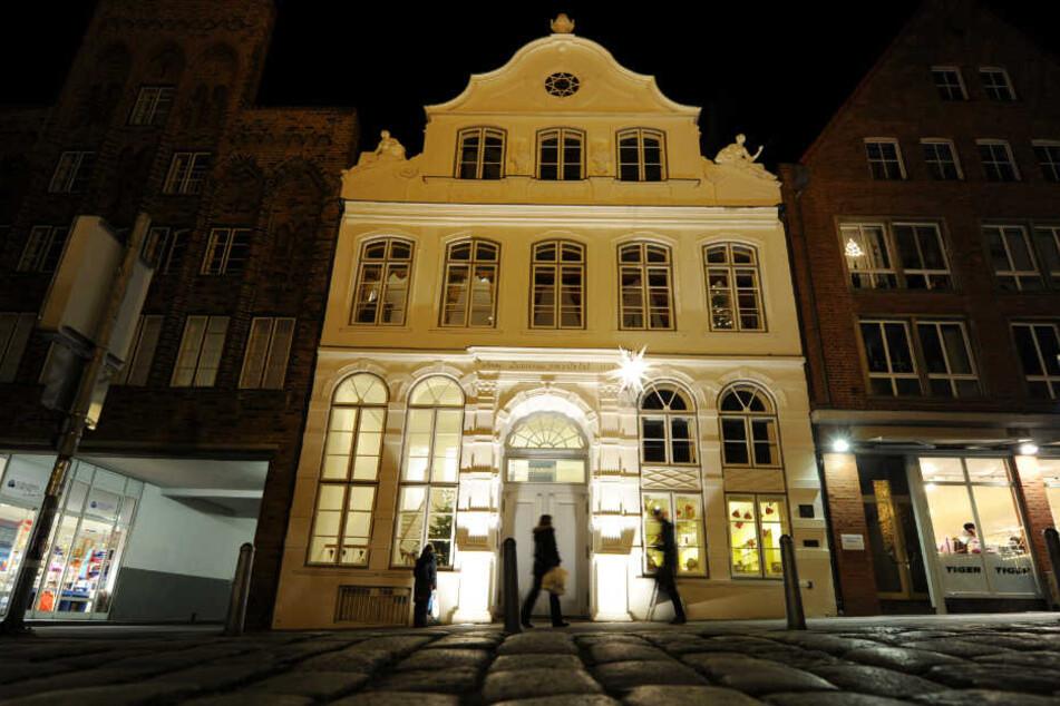 Das Buddenbrookhaus in Lübeck ist hell erleuchtet.