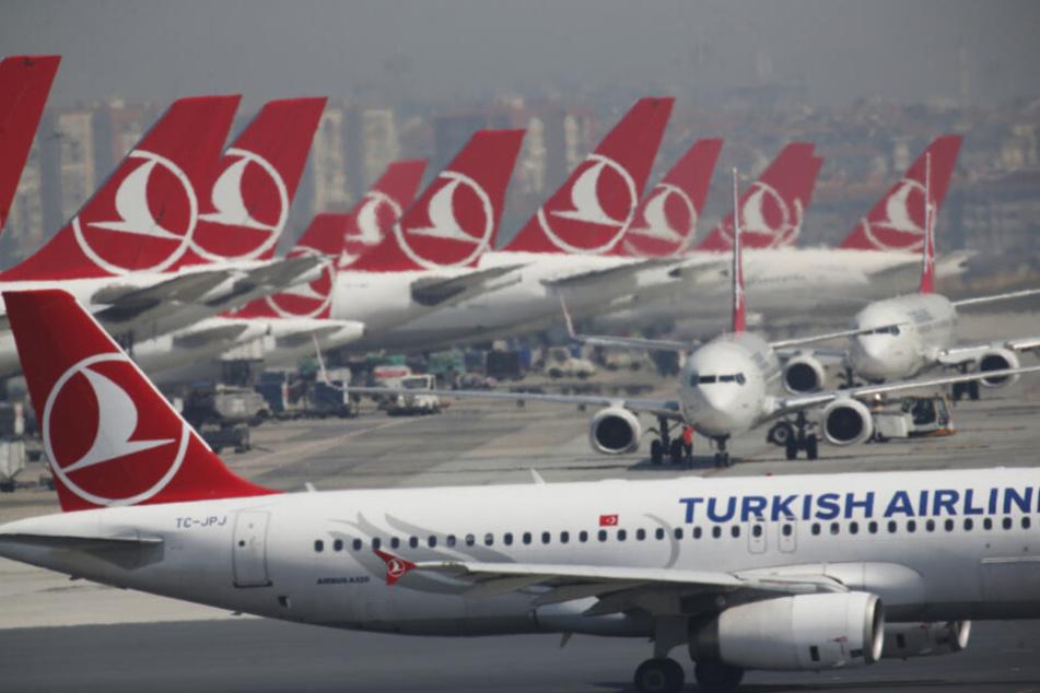 Flugzeuge der Fluggesellschaft Turkish Airlines stehen am Atatürk International Airport vor seiner Schließung.