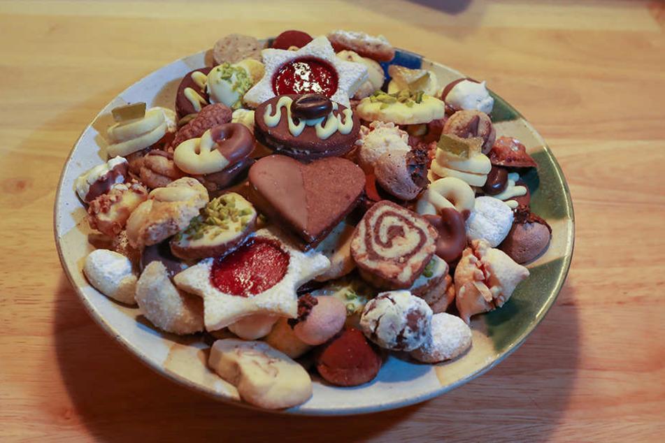 Sie viele Kekse: Vanillekipferl, Orangenplätzchen, Schoko-Mandel-Bällchen....