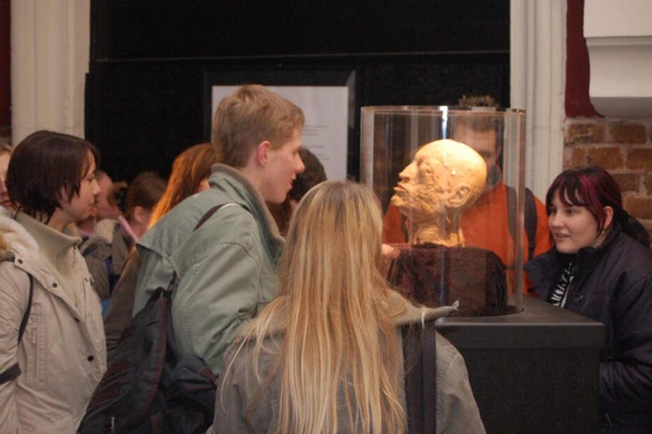 Eine umstrittene Ausstellung plastinierter Körper soll ab Freitag in Werdau gezeigt werden.