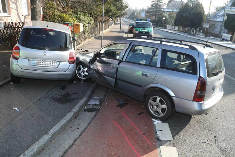 Die Seite des Opel wurde stark beschädigt.