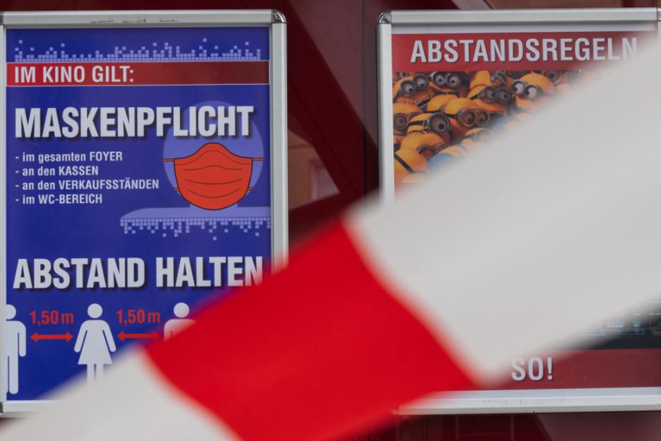 Dresden: Plakate mit Hinweisen für Maskenpflicht und Abstansregeln hängen hinter Absperrband im Kino Ufa-Kristallpalast. Die mittelständischen Kinos in Deutschland bangen wegen Corona um ihre wirtschaftliche Zukunft.