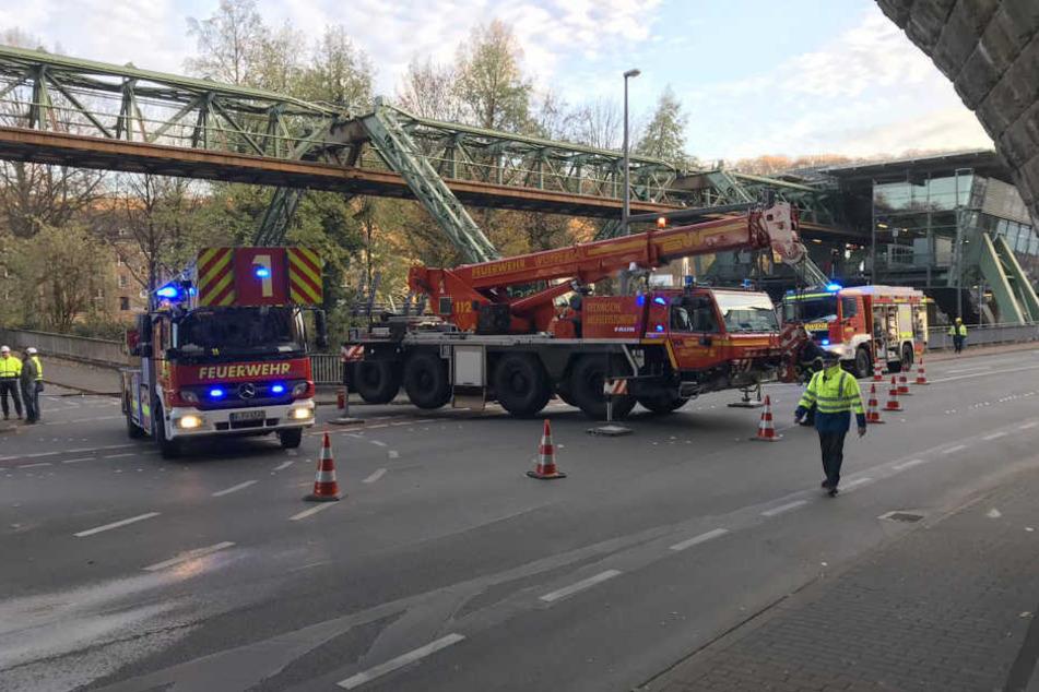 Die Wuppertaler Feuerwehr sichert den Gleisabschnitt der Schwebebahn nach dem Unfall am 18. November.