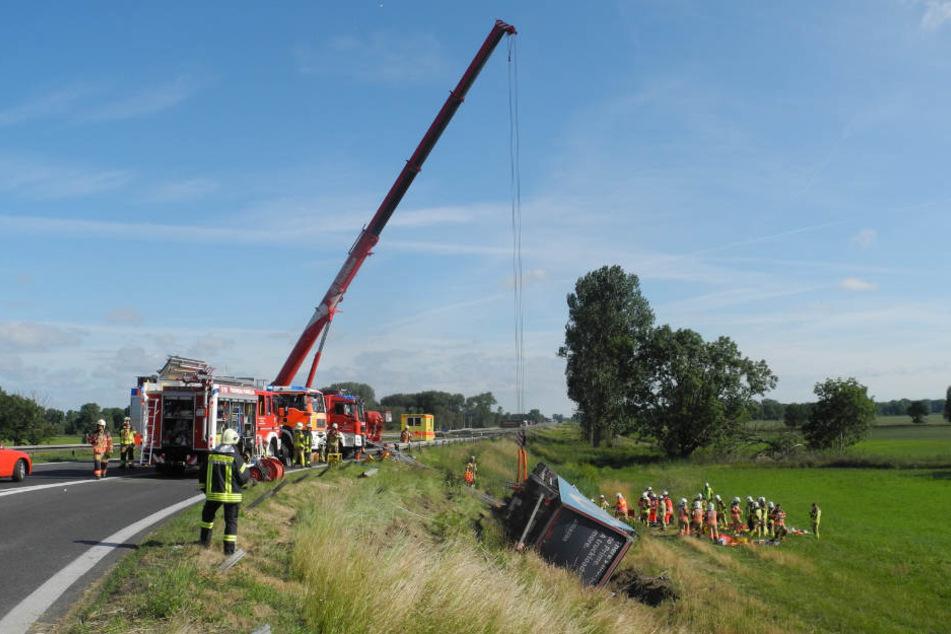 Mit einem Kran verschafften sich die Rettungskräfte Zugang zur Fahrerkabine, um den verletzten Beifahrer zu bergen.