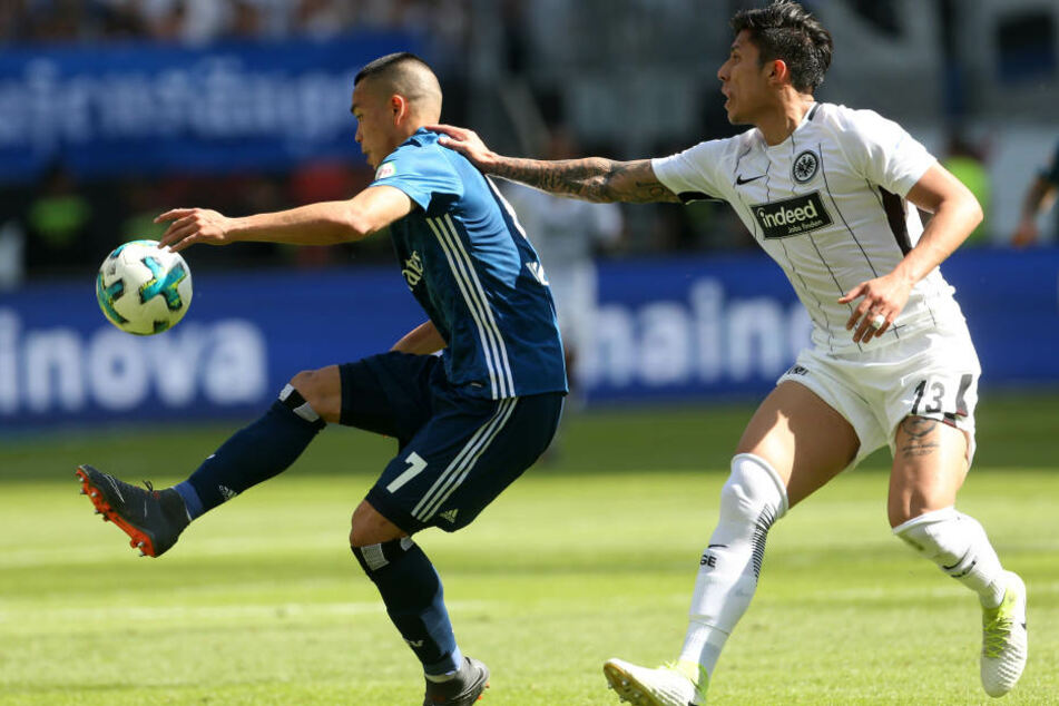 Carlos Salcedo (re.) verletzte sich an der Schulter, konnte die Eintracht-Bosse aber dennoch von seinem Können überzeugen.