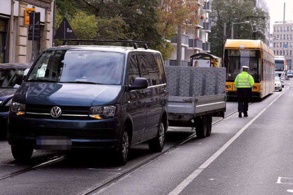 In Dresden ist ein Mann beim Verlassen einer Straßenbahn von einem Transporter erfasst und schwer verletzt worden.