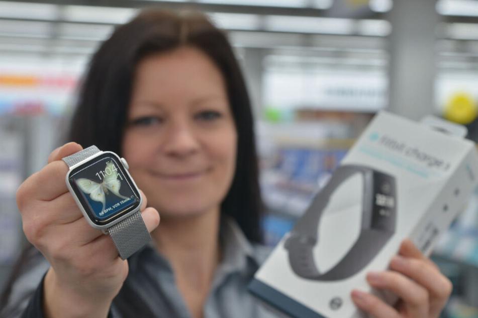 Wird wohl häufig unterm Weihnachtsbaum liegen: Anett Haupt (36) von Medimax zeigt die beliebten Smartwatches.
