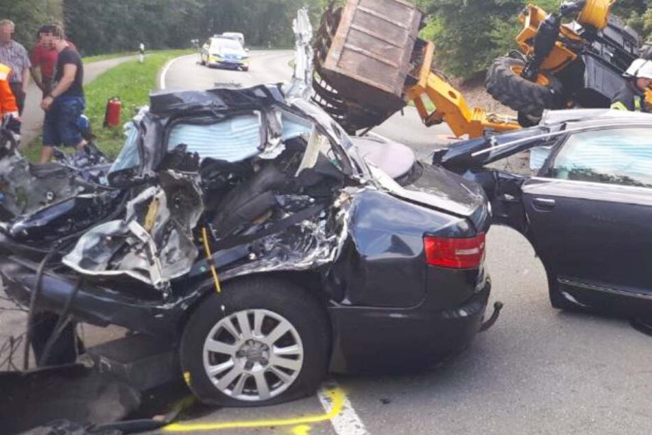 Auto wird bei tödlicher Kollision mit Bagger in zwei Teile gerissen