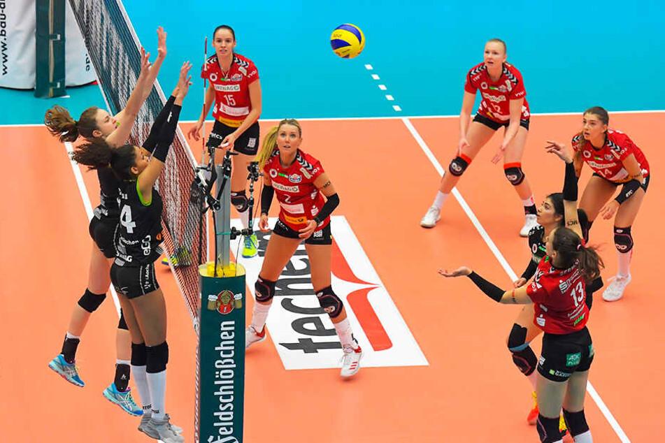 Szene aus dem mit 2:3 verlorenen Hauptrunden-Heimspiel: Maria Segura (13) greift an, zwei Ladies in Black strecken sich zum Block.