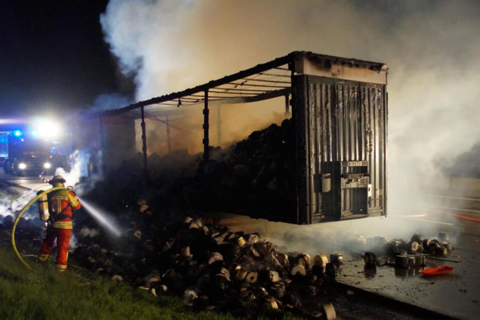 A8 stundenlang gesperrt: Lastwagen-Anhänger brennt komplett aus