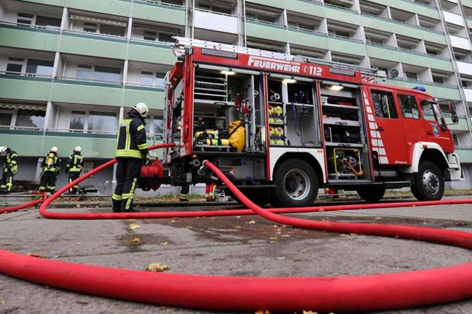 Die Feuerwehr fand in der ausgebrannten Plattenbau-Wohnung die verkohlten Leichen von zwei Männern.