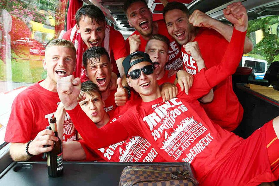 Alle rein in den Bus. Im Vorjahr nach dem Aufstieg fuhr die Mannschaft geschlossen zurück nach Zwickau. Das wird auch jetzt wieder der Fall sein.