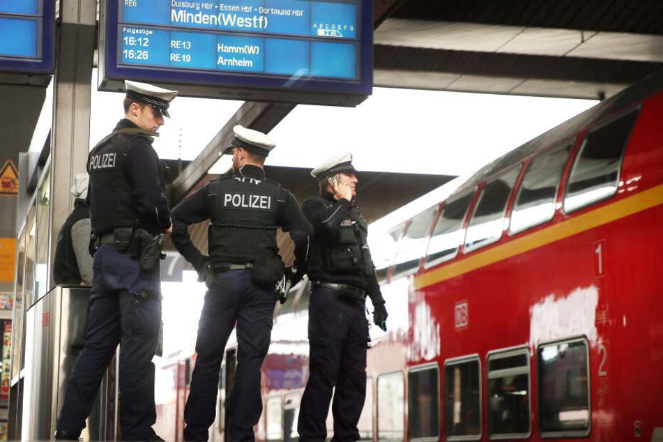 Polizisten kontrollieren am Hauptbahnhof Düsseldorf Züge, die aus der Grenzregion Nordrhein-Westfalens zu den Niederlanden kommen.
