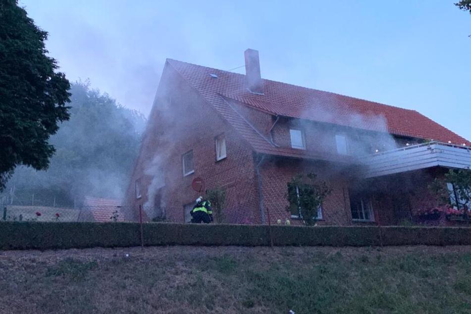 Die Feuerwehr bekämpfte den Wohnungsbrand.