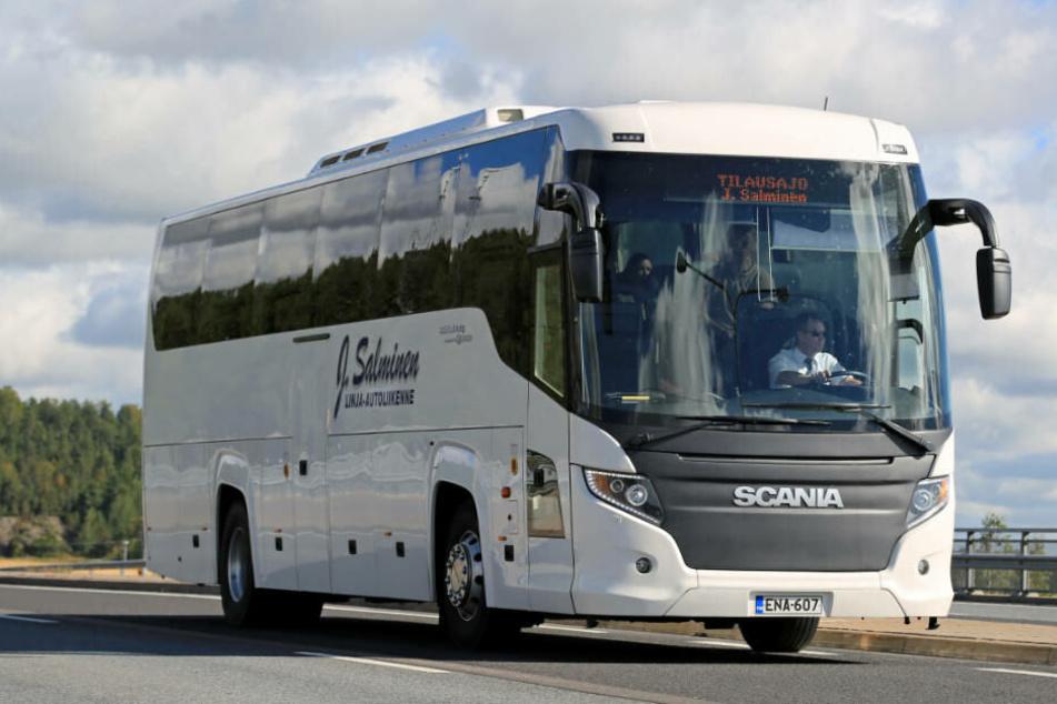 Unfassbar! Jugendliche Flüchtlinge hängen 20 Stunden auf Hinterachse von Reisebus
