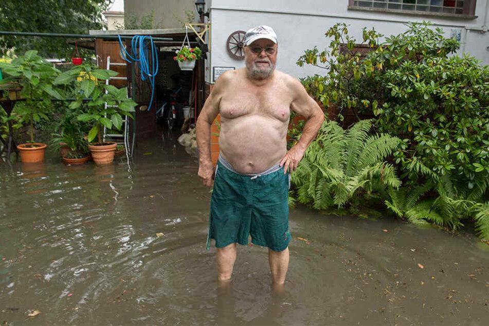 Dieser Anwohner hatte richtig Pech. Sein Grundstück in der Fockestraße wurde überflutet, Klopapier und Fäkalien kamen aus der Kanalisation nach oben und landeten im Garten sowie im Keller des Mannes.