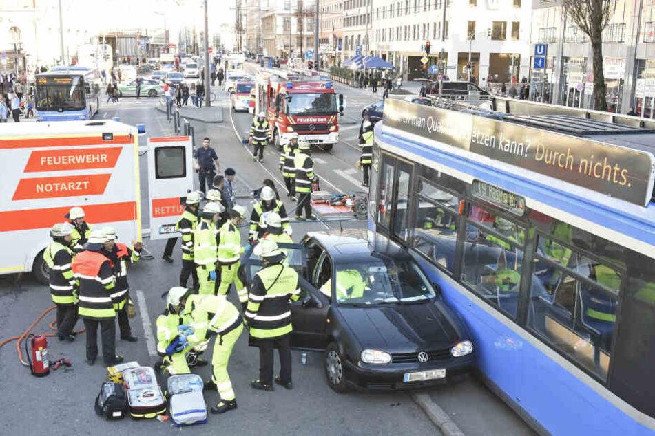 Der VW Golf verkeilte sich bei dem Unfall so sehr, dass die Fahrerin eingeschlossen wurde.