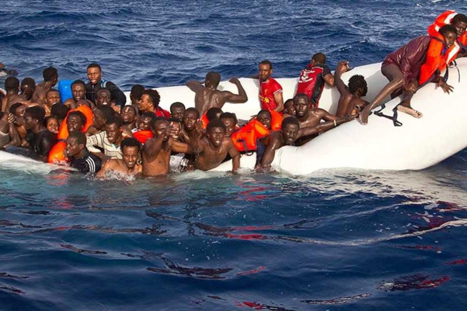 Makaber oder hilfreich? Firma näht Rucksäcke aus Flüchtlingsbooten