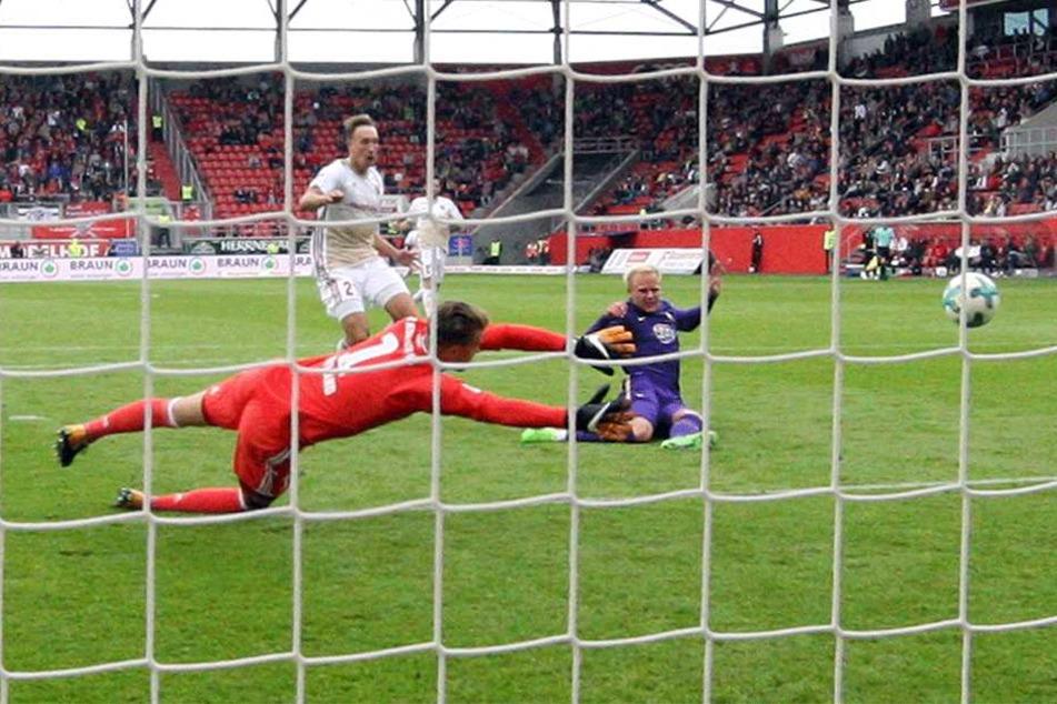 Vorentscheidende Szene vom Spiel in Ingolstadt: Sören Bertram (r.) trifft zum zwischenzeitlichen 2:0, Ingolstadts Schlussmann Örjan Nyland streckt sich vergebens.