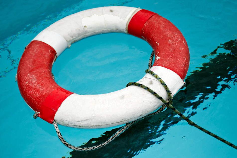 Ein Feuerwehrmann rettete den Achtjährigen vom Grund des Sprungbeckens. (Symbolbild)