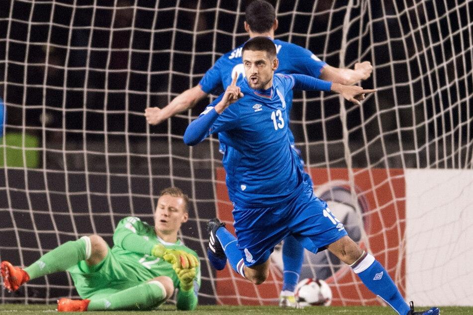 Dimitrij Nazarov jubelt für Aserbaidschan im WM-Qualifikationsspiel gegen Deutschland.